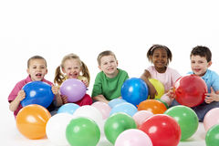 Groupe d'enfants en bas âge dans le studio avec des ballons Images libres de droits