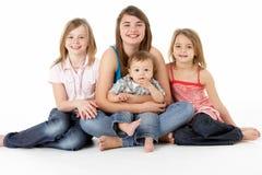 Groupe d'enfants ensemble dans le studio Photographie stock libre de droits