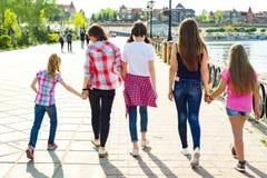 Groupe d'enfants et de femmes marchant en parc Photographie stock