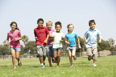 Groupe d'enfants exécutant en stationnement Photographie stock libre de droits