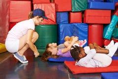 Groupe d'enfants faisant la gymnastique dans l'école maternelle photos libres de droits