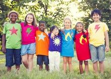Groupe d'enfants gais multi-ethniques Photo stock