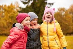 Groupe d'enfants heureux étreignant en parc d'automne Photo libre de droits