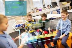 Groupe d'enfants heureux avec le PC de comprimé à l'école Photographie stock libre de droits