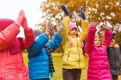 Groupe d'enfants heureux ayant l'amusement dans le parc d'automne Image stock