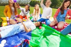 Groupe d'enfants heureux ayant l'amusement jouant avec des boules Image stock