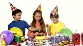 Groupe d'enfants heureux célébrant l'anniversaire banque de vidéos