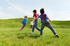 Groupe d'enfants heureux courant dehors Images libres de droits