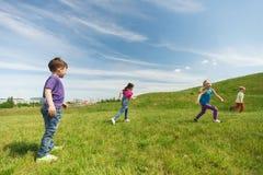 Groupe d'enfants heureux courant dehors Photos libres de droits