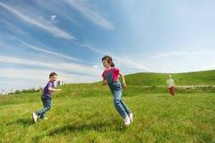 Groupe d'enfants heureux courant dehors Photographie stock libre de droits
