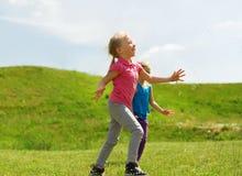 Groupe d'enfants heureux courant dehors Photographie stock