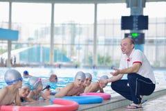 Groupe d'enfants heureux d'enfants à la piscine Photo libre de droits