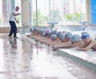 Groupe d'enfants heureux d'enfants à la piscine Photographie stock libre de droits