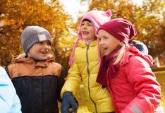 Groupe d'enfants heureux en parc d'automne Images libres de droits