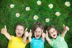 Groupe d'enfants heureux jouant dehors Photos stock