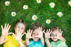 Groupe d'enfants heureux jouant dehors Image libre de droits