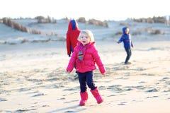 Groupe d'enfants heureux jouant sur la plage images libres de droits