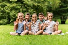 Groupe d'enfants heureux ondulant des mains dehors Image libre de droits