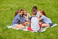 Groupe d'enfants heureux remontant des mains Photo libre de droits