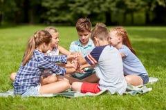 Groupe d'enfants heureux remontant des mains Photographie stock libre de droits