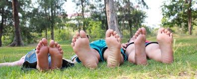 Groupe d'enfants heureux se trouvant sur l'herbe verte Image libre de droits