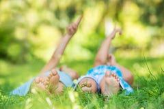 Groupe d'enfants heureux se trouvant sur l'herbe verte Photo stock
