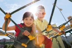 Groupe d'enfants heureux sur le terrain de jeu d'enfants Photo stock