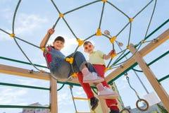 Groupe d'enfants heureux sur le terrain de jeu d'enfants Photo libre de droits