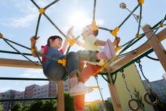 Groupe d'enfants heureux sur le terrain de jeu d'enfants Photographie stock