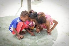 Groupe d'enfants indigènes asiatiques dans une rue de village local Photos stock