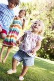 Groupe d'enfants jouant dans le jardin Photos stock