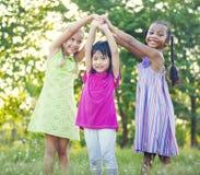Groupe d'enfants jouant extérieur Image libre de droits