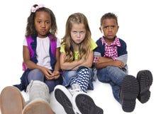Groupe d'enfants malheureux et bouleversés Image stock