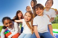 Groupe d'enfants mignons ayant l'amusement ensemble dans le parc Photos libres de droits