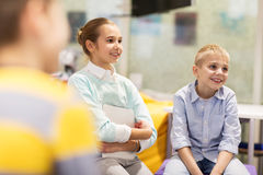 Groupe d'enfants ou d'amis heureux apprenant à l'école Photographie stock
