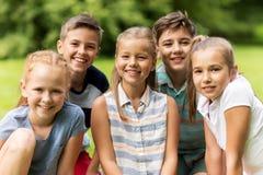 Groupe d'enfants ou d'amis heureux dehors Photo stock