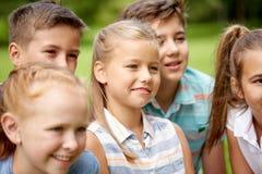 Groupe d'enfants ou d'amis heureux dehors Image libre de droits
