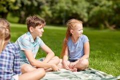 Groupe d'enfants ou d'amis heureux dehors Images libres de droits