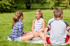 Groupe d'enfants ou d'amis heureux dehors Images stock
