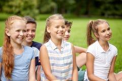 Groupe d'enfants ou d'amis heureux dehors Photographie stock