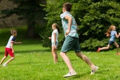Groupe d'enfants ou d'amis heureux jouant dehors Photo libre de droits