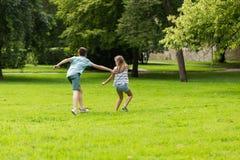Groupe d'enfants ou d'amis heureux jouant dehors Photos libres de droits
