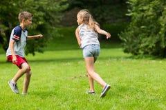 Groupe d'enfants ou d'amis heureux jouant dehors Photo stock
