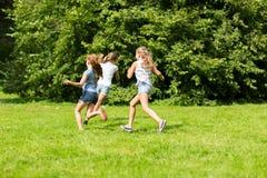 Groupe d'enfants ou d'amis heureux jouant dehors Images libres de droits