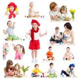 Groupe d'enfants ou de peinture d'enfants avec la brosse ou le doigt
