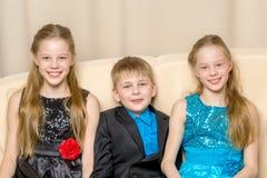 Groupe d'enfants posant dans le studio Images stock