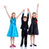 Groupe d'enfants posant dans le studio Image libre de droits