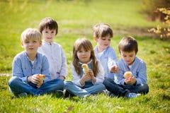 Groupe d'enfants préscolaires, amis et enfants de mêmes parents, jouant dans la PA Photos libres de droits