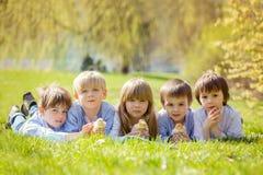 Groupe d'enfants préscolaires, amis et enfants de mêmes parents, jouant dans la PA Images libres de droits