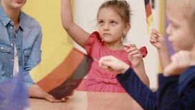 Groupe d'enfants préscolaires apprenant des langues banque de vidéos